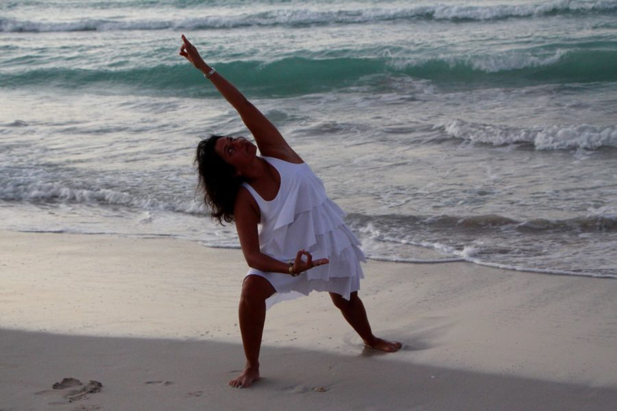 alka-kaminer-pose-beach8